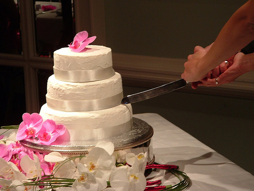cutting of wedding cake symbolism how to cut wedding cake 13293