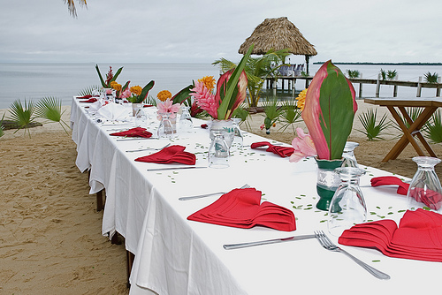 red napkins on wedding table