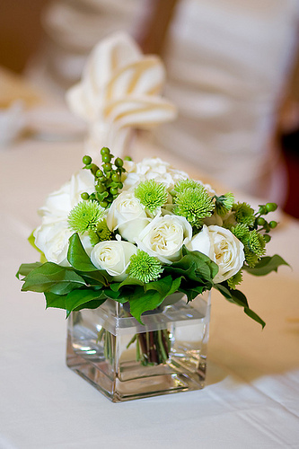 Easy diy wedding centerpieces with roses for Inexpensive wedding centrepieces