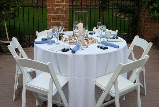 white and blue wedding table